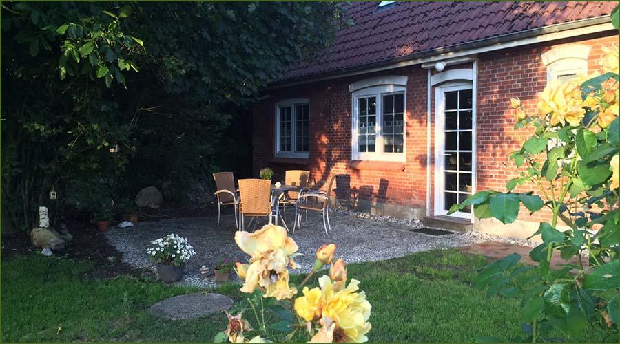 Urlaubseindrücke Haus Friesenglück in Kolkerheide, Nordfriesland - Blütenpracht und Teilansicht des Hauses